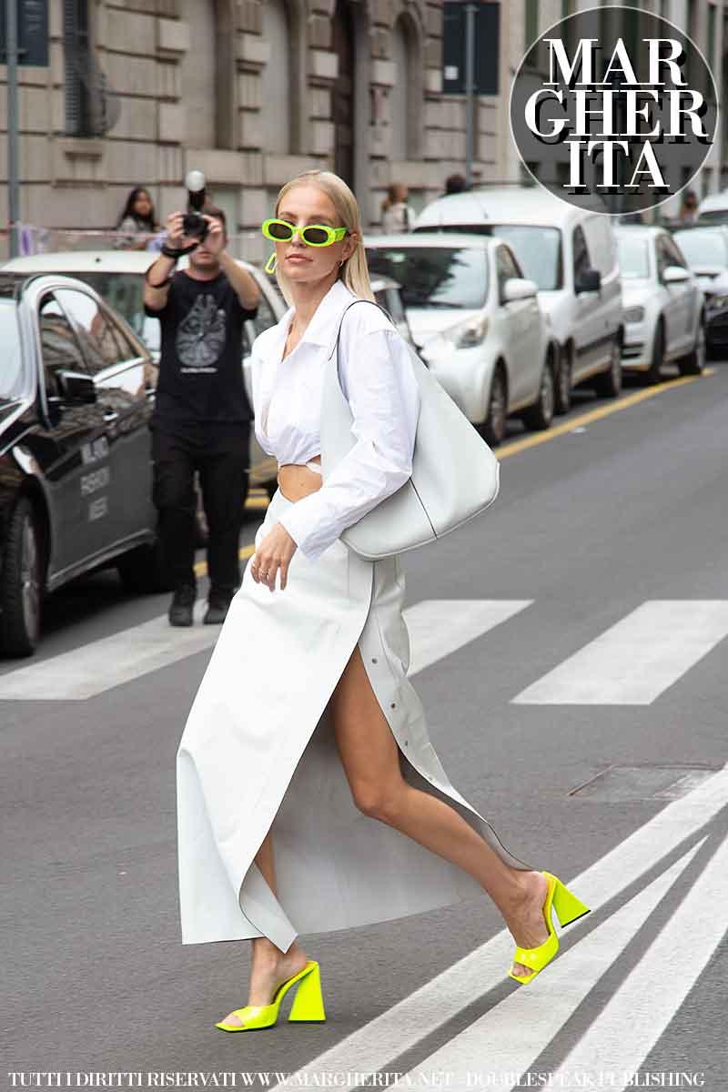 Foto street style dalla Milano Fashion Week Estate 2022. Leonie Hanne da Salvatore Ferragamo. Foto: Charlotte Mesman