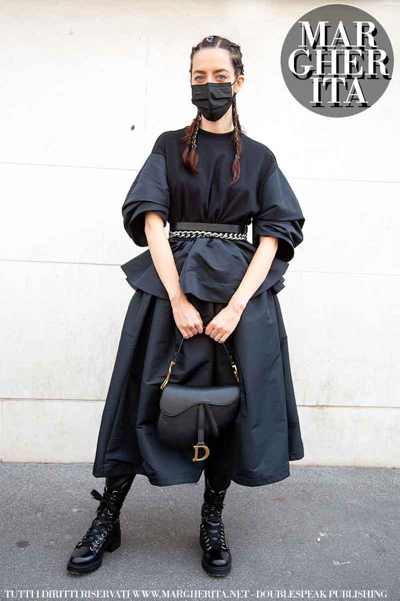 Foto street style dalla Milano Fashion Week Estate 2022. Samantha De Reviziis da Etro. Foto: Charlotte Mesman