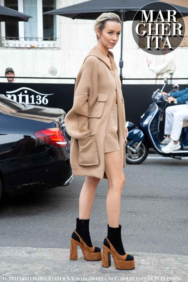 Moda street style inverno 2021 2022. Ecco la moda invernale donna secondo le influencers alla sfilata di Max Mara (Nataly Osman) - Foto Charlotte Mesman