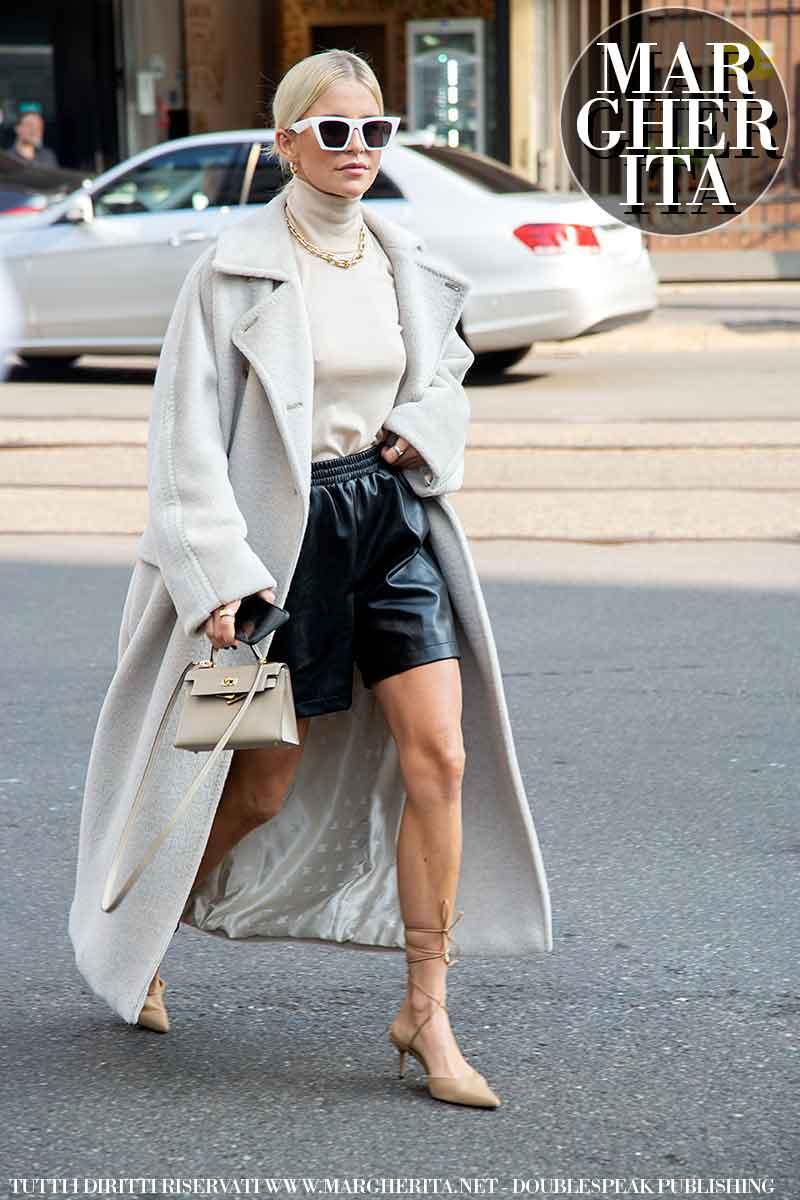Moda street style inverno 2021 2022. Ecco la moda invernale donna secondo le influencers alla sfilata di Max Mara (Caro Daur) - Foto Charlotte Mesman