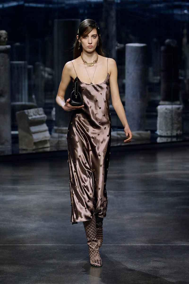 7 motivi per indossare uno slip dress. Abiti sottoveste di tendenza per la moda autunno inverno 2021 2022 - Photo courtesy of Fendi