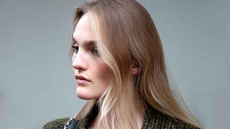 Nuovi trend capelli donna inverno 2021 2022. Il face framing, la tendenza anche per i capelli grigi - Foto Charlotte Mesman
